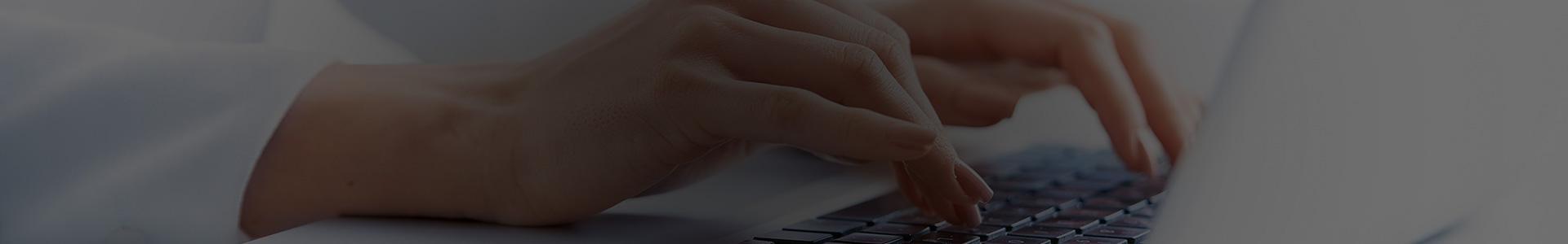 Kobieta pisze wiadomość na laptopie